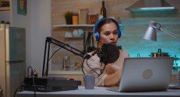 Produtora de conteúdo criando um podcast de casa