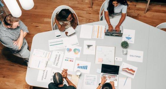 Pessoas reunidas para trabalhar em inovações incrementais