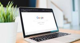 Notebook mostrando o logo do Google, que fez atualizações no Search Quality Raters Guidelines