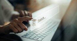 Usuário fazendo uma pesquisa em um buscador