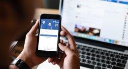 Celular e notebook mostrando o Facebook, que vai mudar de nome