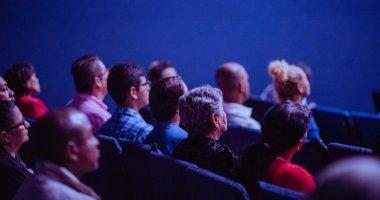 Espectadores assistindo um painel em um evento