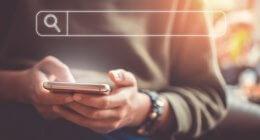 Homem utilizando a rolagem contínua na página de resultados de busca mobile do Google